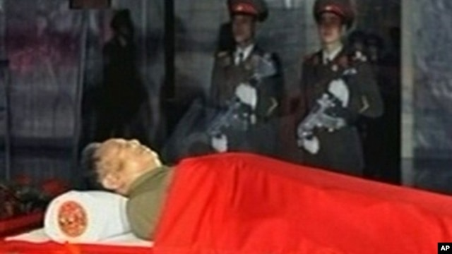 Body of North Korean leader Kim Jong Il lies in memorial palace Pyongyang, Dec. 20, 2011.