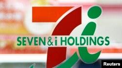 Logo de la empresa Seven & I que maneja la mayoría de tiendas que pertenecían a una red que contrataba inmigrantes indocumentados en Estados Unidos.