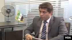 علی جوانمردی در حال گفتگو با رئیس شورای ملی سوریه