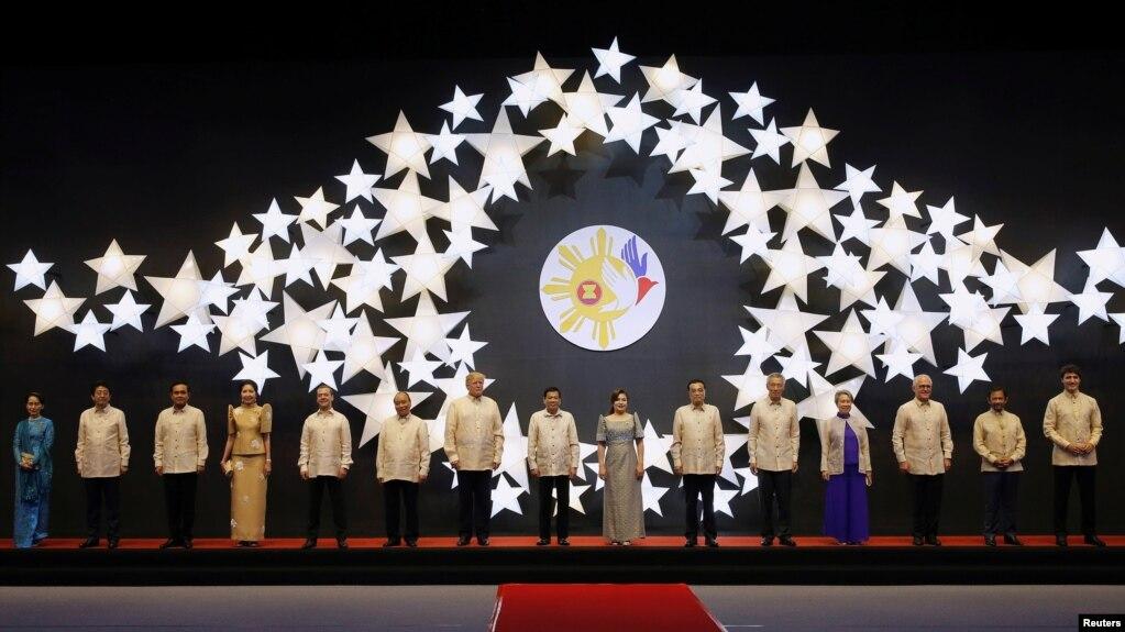 東盟各國領導人和美中日加四國領導人身穿菲律賓服裝在馬尼拉參加東盟晚宴(2017年11月12 日)