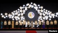 东盟各国领导人和美中日加四国领导人身穿菲律宾服装在马尼拉参加东盟晚宴(2017年11月12 日)