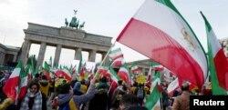 民众在德国首都柏林德勃兰登堡门前集会,声援伊朗各地德示威活动。(2018年1月6日)