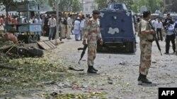 Солдати стоять біля місця терористичної атаки в Карачі