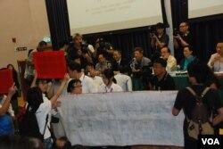北京大學法學院教授饒戈平在研討會發言時,被場內的激進泛民示威者高舉標語及高呼口號打斷(美國之音湯惠芸)