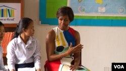 """美国第一夫人米歇尔.奥巴马星期六在缅甸一所高中向女学生讲话,推动""""让女孩上学""""计划。"""