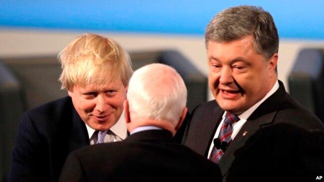 El senador John McCain participó en la Conferencia de Seguridad de Múnich, Alemania, el 17 de febrero de 2017. El presidente de Ucrania, Petro Poroshenko, y el secretario de Relaciones Exteriores de Gran Bretaña, Boris Johnson, conversaron con él.