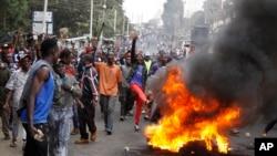 Des partisans du leader de l'opposition Raila Odinga érigent des barricades à Kibera, Nairobi, Kenya, 12 août 2017.