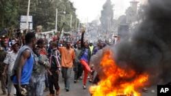 케냐 수도 나이로비 최대 빈민촌 키베라에서 야당 후보 지지자들이 케냐타 대통령 승리에 항의하며 시위를 벌이고 있다.