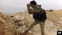 Seorang tentara pemberontak Suriah siaga di kota pegunungan Yabroud (13/3).