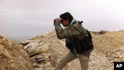 一名反政府武裝人員眺望靠近黎巴嫩邊境的雅布羅德城