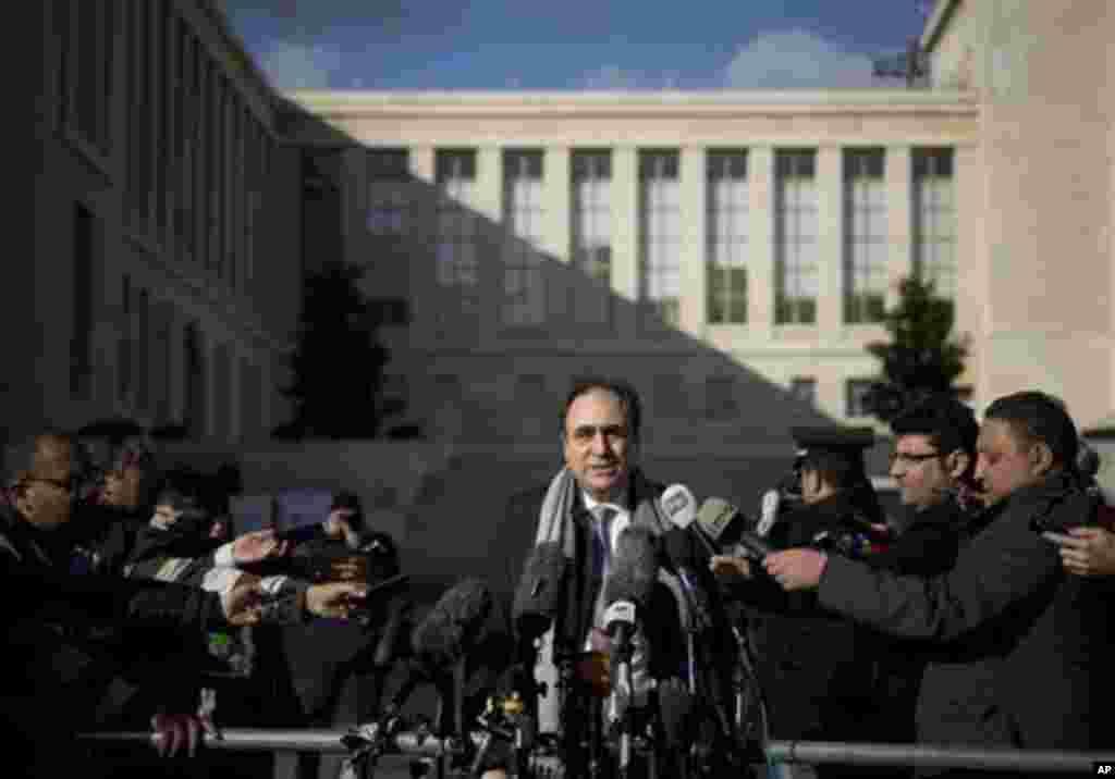 سخنگوی اوپوزیسیون سوریه به خبرنگاران گفت ائتلاف ملی سوریه مصمم است به گفتگوهای صلح ادامه دهد - ژنو، ۲۷ ژانویه ۲۰۱۴