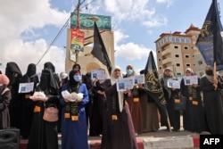 Pendukung gerakan Jihad Islam membagikan permen untuk merayakan pelarian enam warga Palestina dari penjara Israel, di Rafah di Jalur Gaza selatan, 6 September 2021.