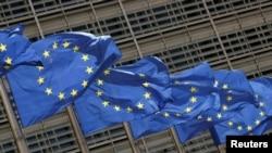 Zastave EU ispred sjedišta Evropske komisije u Briselu.