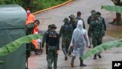 Les secouristes à l'entrée de la grotte où cinq garçons restent piégés à Mae Sai, dans la province de Chiang Rai, dans le nord de la Thaïlande, le 10 juillet 2018.