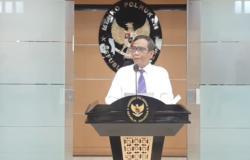 Menko Polhukam Mahfud MD saat memberikan keterangan pers di Jakarta, Sabtu (24/7/2021), dalam tangkapan layar. (Foto: VOA/Sasmito Madrim)