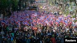 14일 태국 수도 방콕 중심가에서 잉락 친나왓 총리의 사퇴를 요구하는 대규모 반정부 시위가 이틀째 계속됐다.