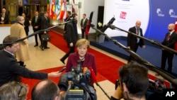德國總理默克爾抵達歐盟總部參加土耳其-歐盟峰會時對記者發表談話(2015年11月29日)