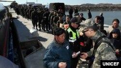 정전협정 백지화를 선언한 북한이 위협 수위를 높이는 가운데, 지난달 14일 연평도 당섬부두에서 군인들과 주민이 여객선에 탑승하고 있다.