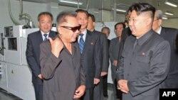 Lãnh tụ Kim Jong Il và con trai Kim Jong-un (phải) thăm công ty Mokran Video ở Bình Nhưỡng, ngày 11/9/2011