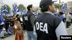 Agentes de la OEA supervisan una protesta en Bolivia en 2005