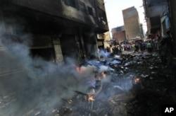 埃及人聚集在因为冲突而起火的建筑旁