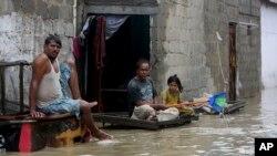 کراچی میں رواں ہفتے ہونے والی بارش کا پانی رہائشی علاقوں میں داخل ہوگیا تھا۔