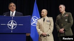 El secretario de Defensa de EE.UU., Leon Panetta, en una conferencia de prensa junto al Comandante Supremo Aliado en Europa (SACEUR) almirante James Stavridis (Centro) y el General de Cuerpo de Marines de EE.UU., Joseph Dunford (derecha).