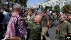 رهگذران و تماشاچیان خیابانی به یک اسیر جنگی شورشیان حمله ور شدند، اما شورشیان مانع آنها شدند - دونتسک، دوم شهریور