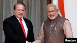 PM India Narendra Modi (kanan) berjabat tangan dengan PM Pakistan Nawaz Sharif sebelum memulai pertemuan bilateral di New Delhi, India (27/5).