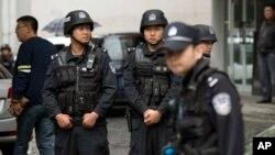 Cảnh sát vũ trang canh gác gần hiện trường một vụ nổ ở Urumqi, Tân Cương, ngày 22/5/2014. IS đang tìm cách chiêu dụ những người theo đạo Hồi ở khu vực Tân Cương gia nhập hàng ngũ.