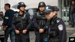 중국 신장 위구르의 한 상점가에서 지난 22일 자살 차량 폭탄 테러가 발생하자 무장 경찰관들이 경계에 나서고 있다.