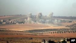 터키군과 미군의 지원을 받는 연합군이 터키 접경 시리아 내 ISIL 점령지에 대한 공격을 개시했다. 터키 카르카미스에서 바라본 시리아 지역에서 포격으로 인한 연기가 솟아오르고 있다.