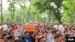 5月11日大约500名越南人在首都河内市中心的公园里举行示威抗议中国在南中国海有争议海域架设钻井平台