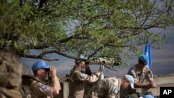 유엔평화유지군이 시리아 골란고원의 벤탈산에서 시리아 측을 감시하고 있다.