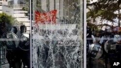 Tấm cửa kính ở Hội đồng Lập pháp Hong Kong bị đâm nứt