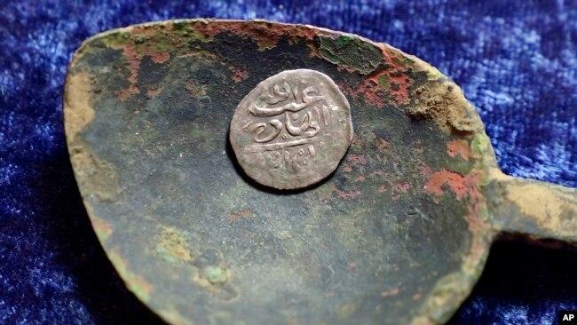 1693 میں یمن میں بننے والا چاندی کا سکہ۔