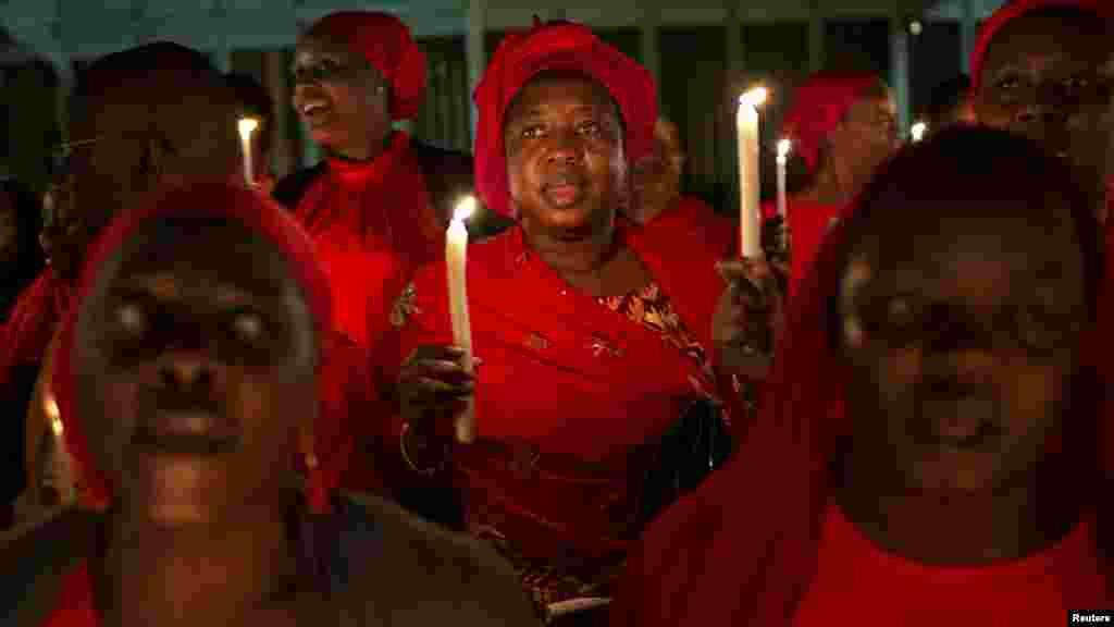 Mutane sun yi Adua rike da kyandir a Abuja lokacin gangamin Adua da kuma kira da a sako 'yan makaranta mata da aka sace a kauyen Chibok 15, ga Mayu 2014.
