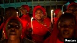 Warga Nigeria mengadakan doa bersama dan penyalaan lilin di ibukota Abuja hari Rabu (14/5) malam.