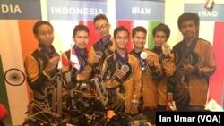 Tim Robotik Indonesia dari Madrasah Aliyah TechnoNatura, Depok, memamerkan robot dan medali perak mereka.