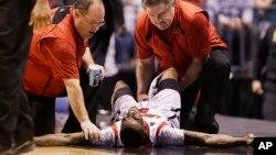 Kevin Ware se queja de dolor luego de quebrarse la tibia durante el juego entre Louisville y Duke, en el baloncesto universitario.