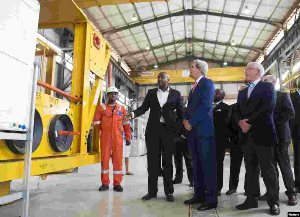 Sec. Estado americano, John Kerry, ao centro, caminha com Jay Ireland, Presidente e CEO da General Electric África, na visita às instalações da GE Sonils no Porto de Luanda, 4 de Maio, 2014