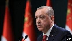 លោកប្រធានាធិបតីតួកគី Recep Tayyip Erdogan ប្រកាសពីការបោះឆ្នោតប្រធានាធិបតី និងសភាមុនកាលកំណត់ នៅវិមានប្រធានាធិបតី ក្នុងក្រុងអង់ការ៉ា ប្រទេសតួកគី កាលពីថ្ងៃទី១៨ ខែមេសា ឆ្នាំ២០១៨។