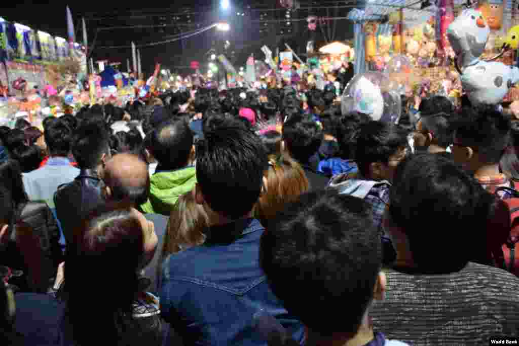 Large crowds came to Hong Kong's Victoria Park for the Lunar New Years Eve Market. (VOA / Tang Hui Yun)