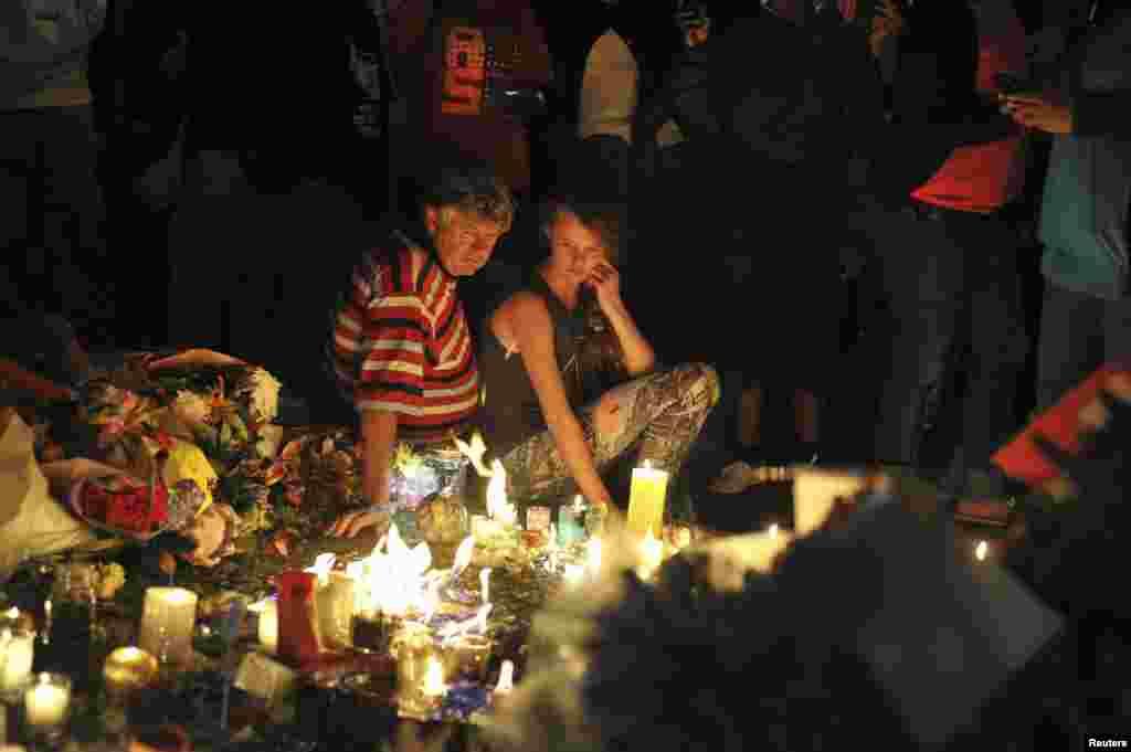جوہانسبرگ میں حکومت کی طرف سے مخصوص کردہ ایک مقام پر نیلسن منڈیلا کے مداح پھول رکھے رہے ہیں، موم بتیاں جلا کر اور پیغامات لکھ کر اظہار محبت کر رہے ہیں۔