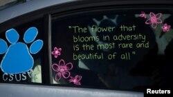 کیلی فورنیا اسٹیٹ یونیورسٹی کی گریجویشن کی تقریب میں آنے والے ایک طالب علم کی موٹر گاڑی کی کھڑکی پر تحریر کردہ ایک کہاوت۔