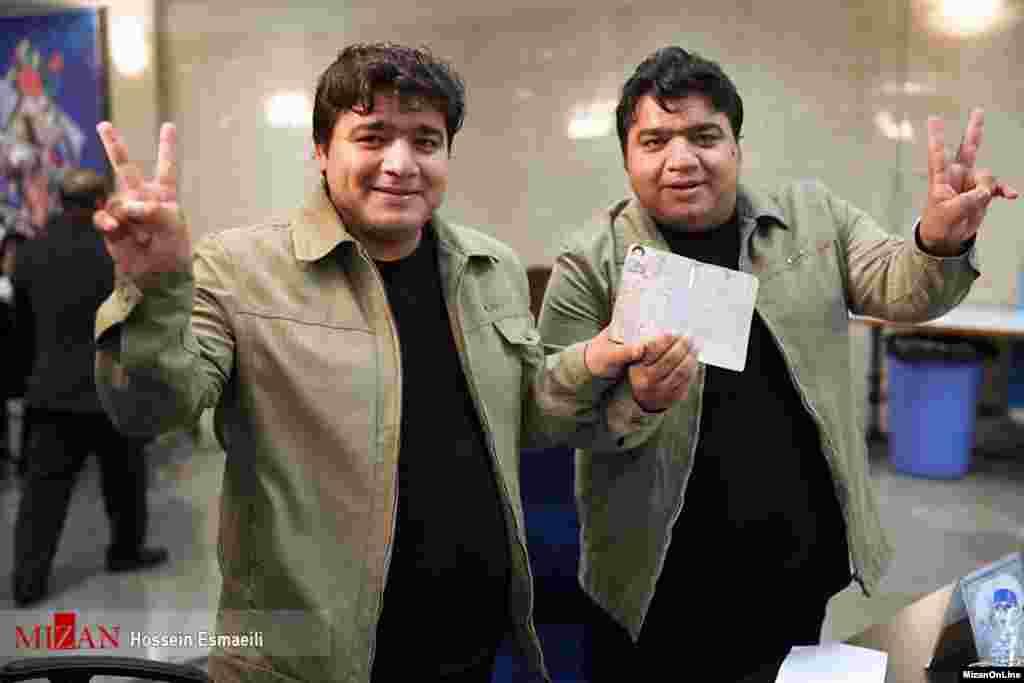 برادران دوقلو در روز نخست ثبت نام کاندیدای انتخابات ریاست جمهوری عکس: حسین اسماعیلی