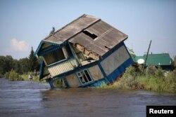 Rumah yang hancur terlihat di Kota Tulun yang terkena banjir di Wilayah Irkutsk, Rusia 1 Juli 2019. (Foto: REUTERS/Alexey Golovshchikov)