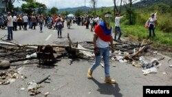 Manifestación en San Cristobal, Venezuela, en la que se protestó por la suspensión del revocatorio contra el presidente Maduro.