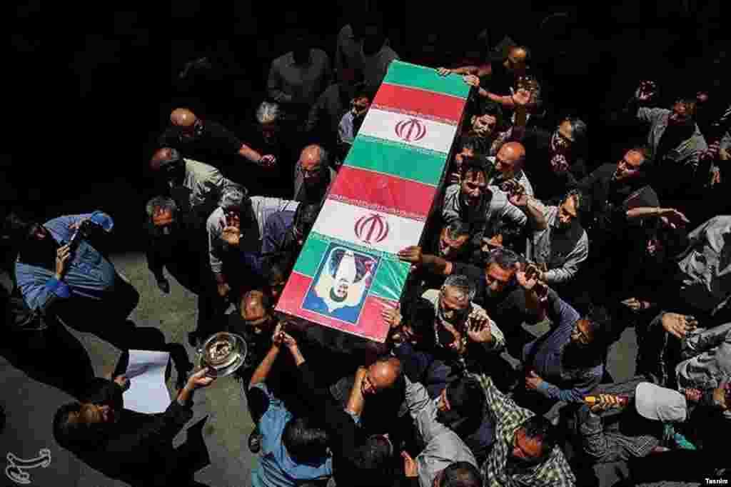 خبرگزاری تسنیم عکسی از تشییع پیکر یکی از کشته شدگان حمله تروریستی روز چهارشنبه تهران منتشر کرد. عکس: حامد ملکپور