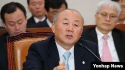 6일 국회 외교통상통일위원회에서 대북문제에 대해 답변하고 있는 류우익 통일부 장관 (자료사진)